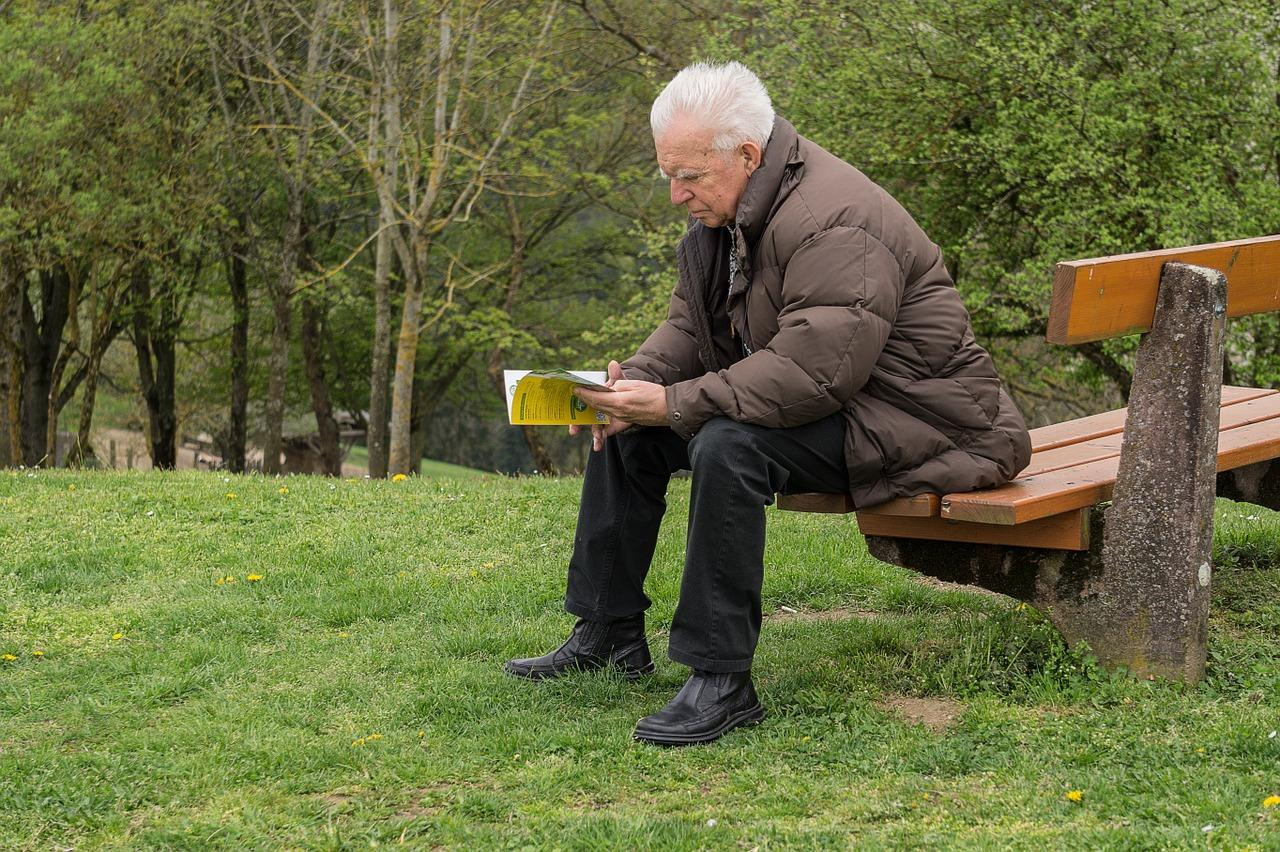 Пенсионер читает как получить страховое свидетельство