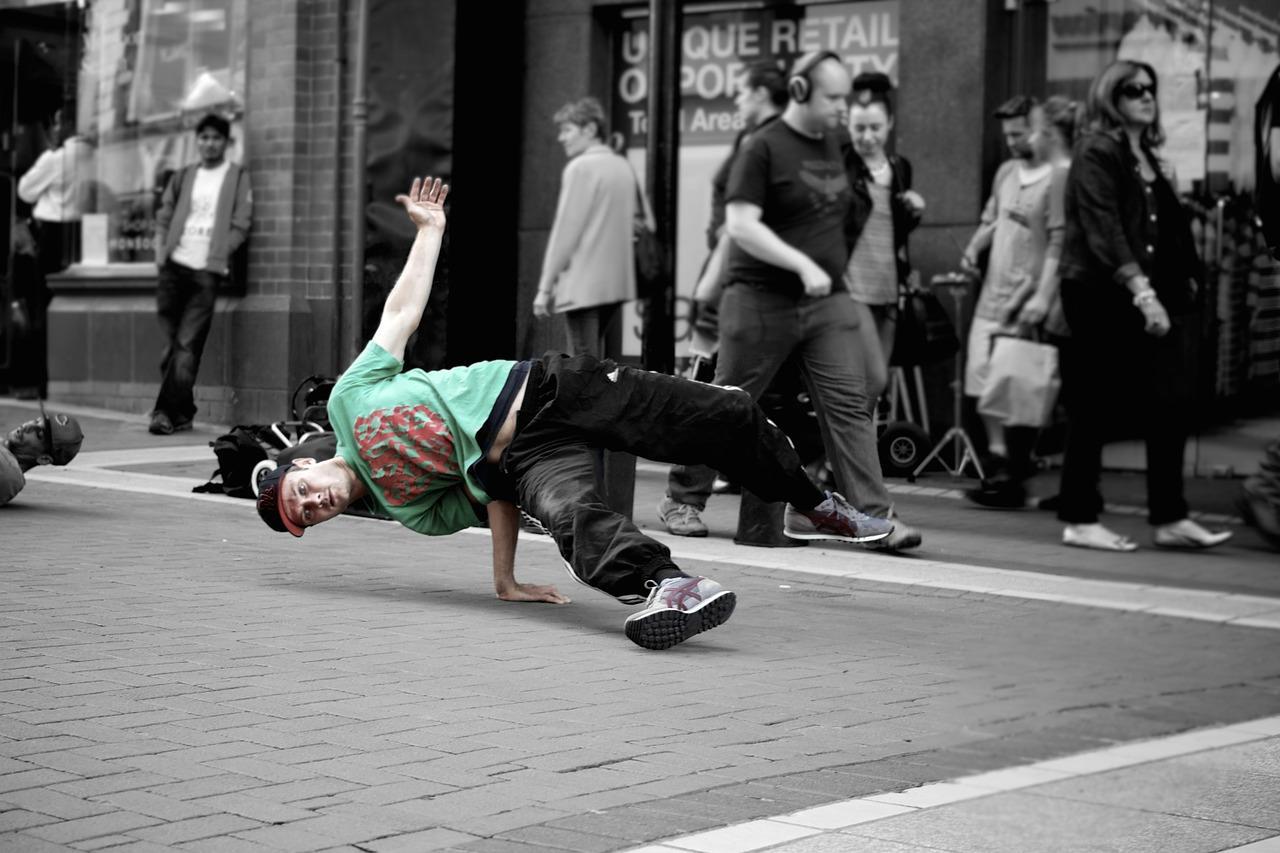 Профессиональный уличный танцор брейк данса