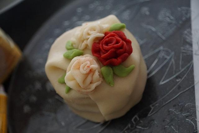 Марципановые розочки на торте