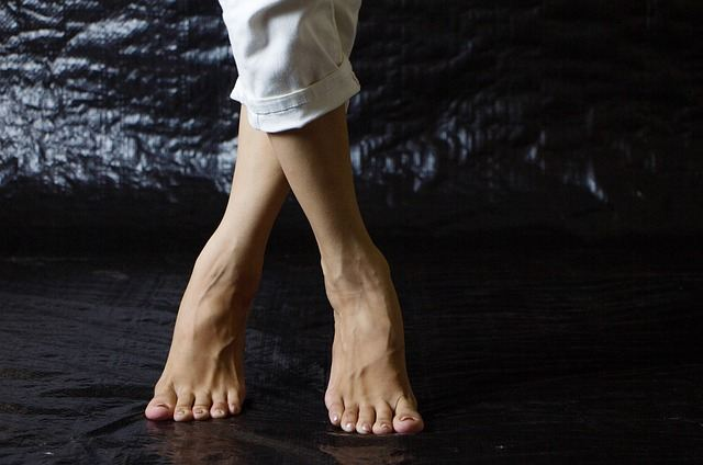 Красивых женские ноги у лица видео перепихнуться гостях порно