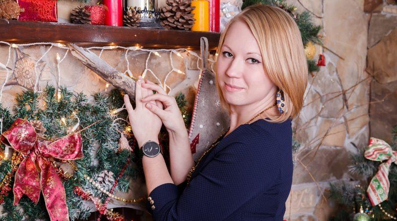 Девушка развешивает новогодние поделки своими руками