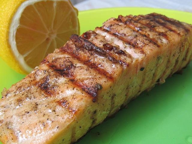 Сочный стейк семги на терелке с лимоном
