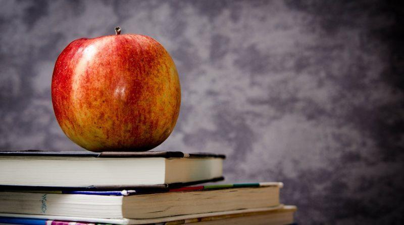 Книги и яблоко - символы знаний
