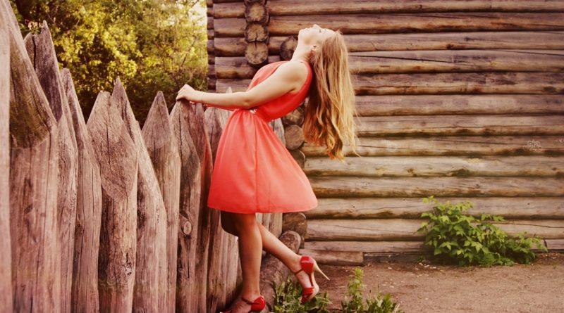 Девушка в модном платье