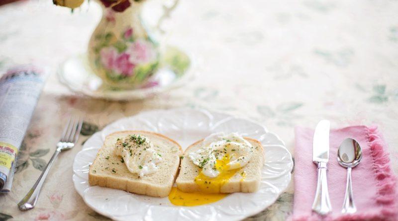 Правильно приготовленные гренки с яйцом