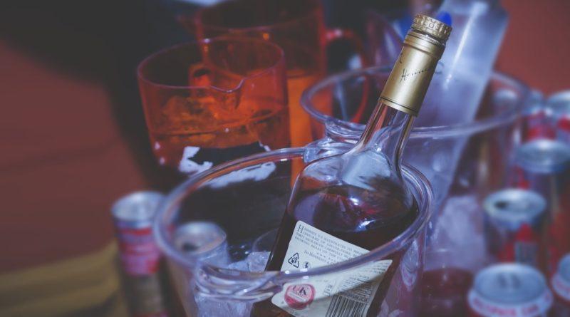 Фото охлаждающейся бутылки коньяка
