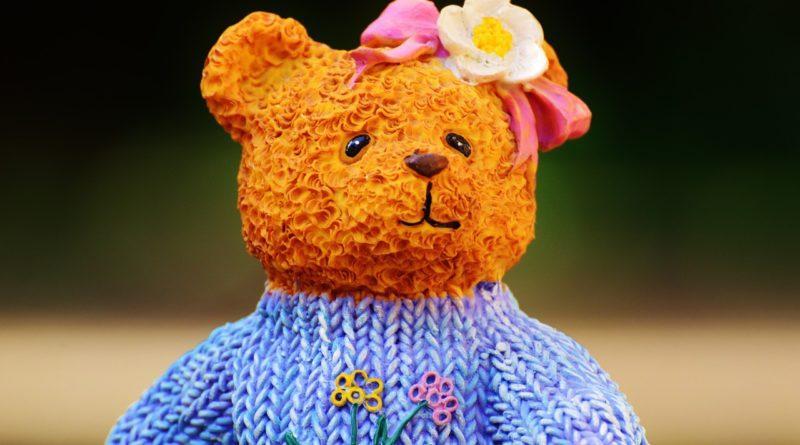 Вязаный свитер на медвежонке