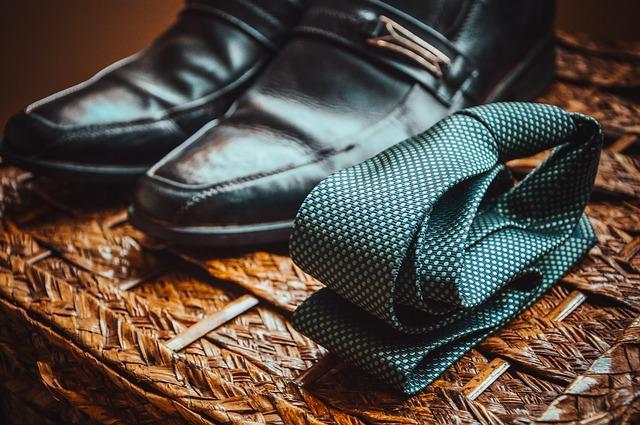 Классический галстук и ботинки