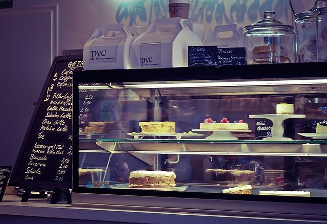 Витрина десертов в кафе
