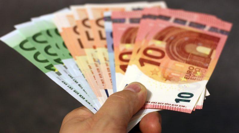 Купюры евро в руке мужчины