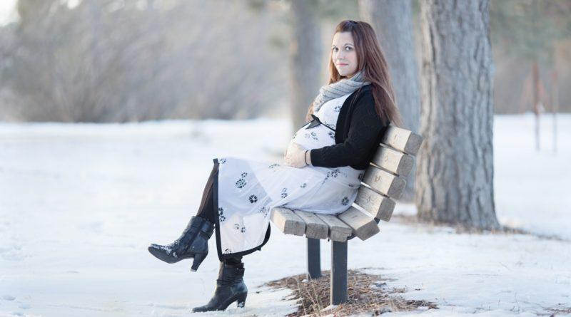 Модная беременная девушка