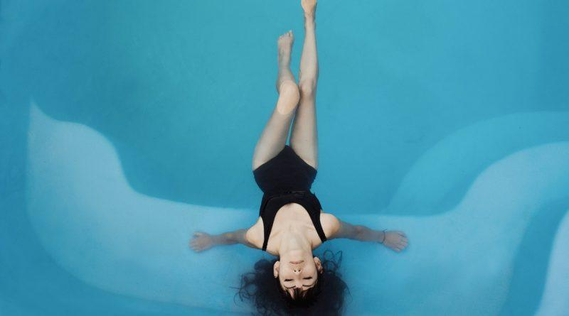 Женщина в модном купальнике