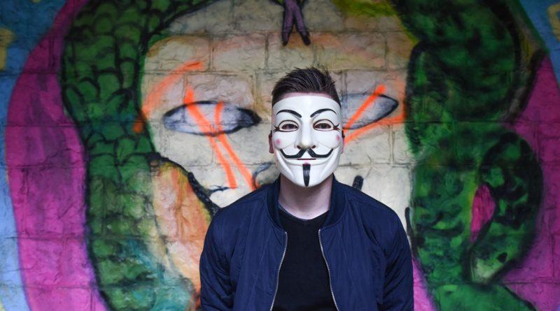 Хакер в маске Anonymous