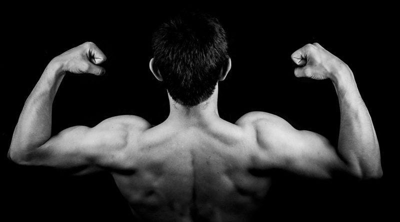 Накаченные мужские плечи