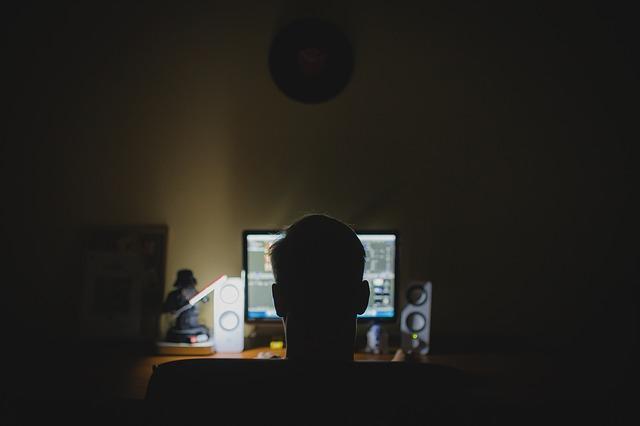 Хакер сидит за компьютером