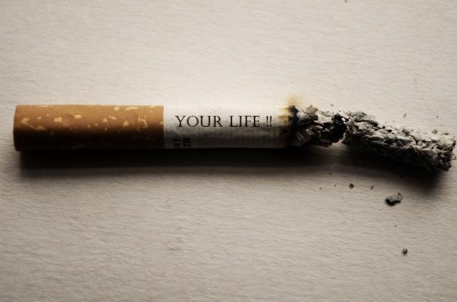 Надпись Твоя жизнь на сигарете