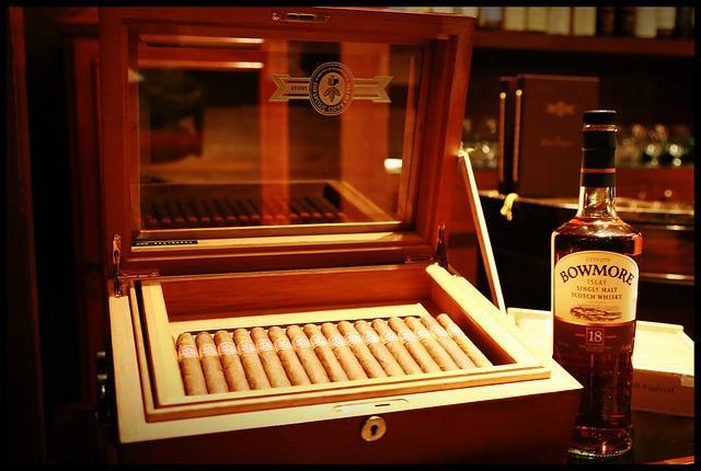 Фото бутылки виски и коробки сигар