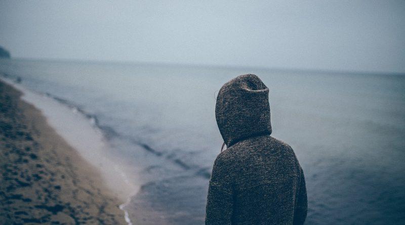 Фото скучающего парня на пляже