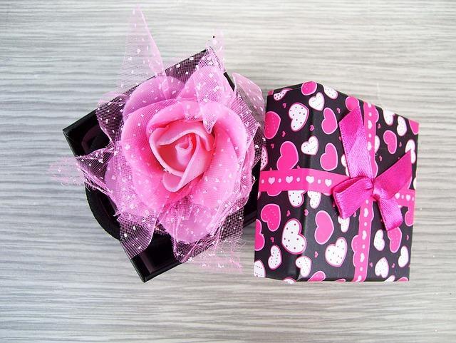 Бумажная роза в подарочной коробке