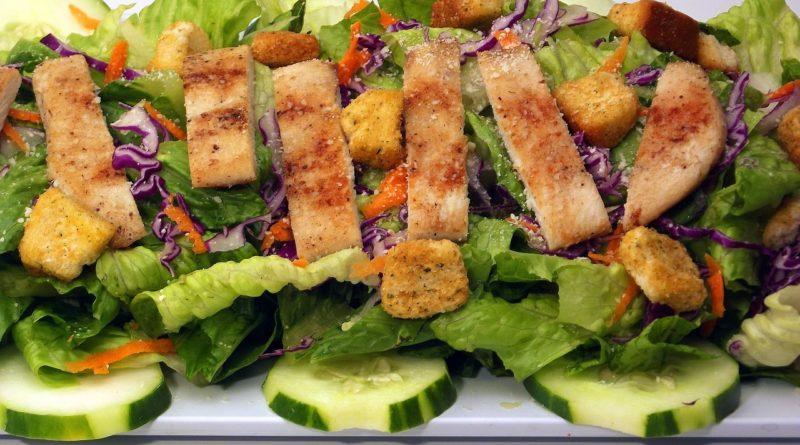 Фото сервировки салата цезарь