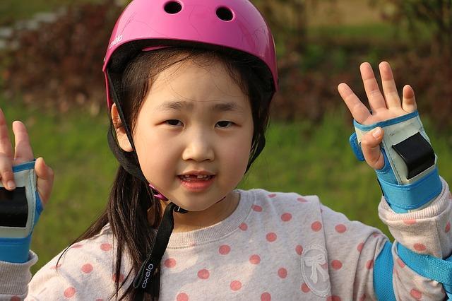 Ребенок учится кататься на роликах