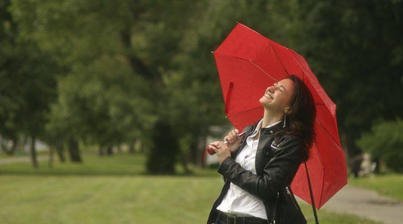 Фото веселой девушки с зонтом