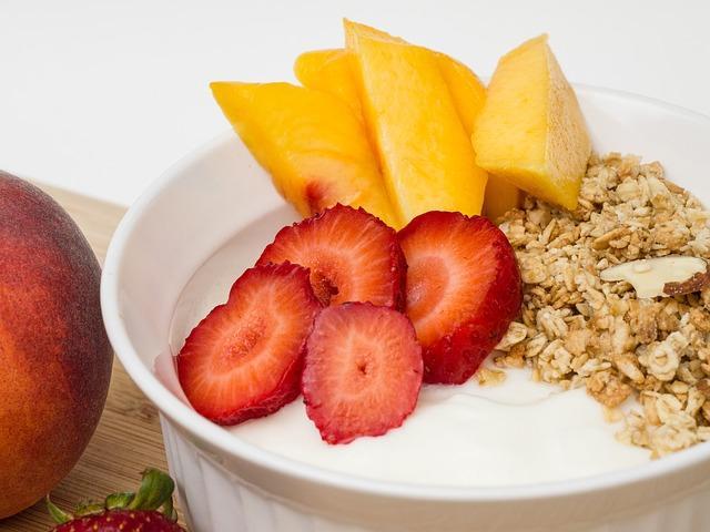 Полезный йогурт с фруктами и кашей
