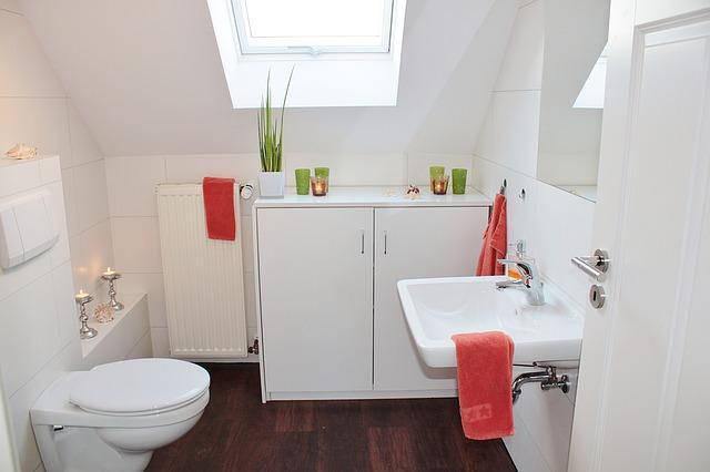 Небольшой туалет в мансарде