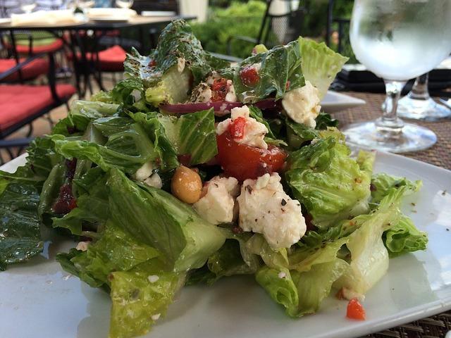 Красивая сервировка греческого салата