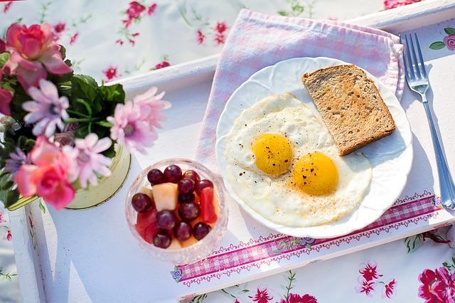 Красиво сервированная яичница