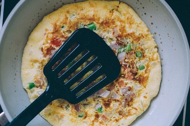 Жареный на сковороде омлет