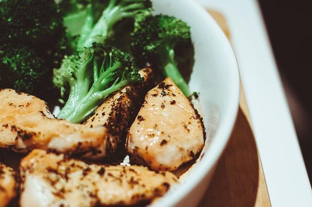 Курица в духовке с картошкой и брокколи