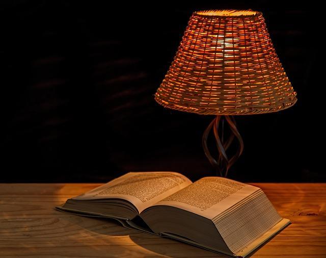 Красивая настольная лампа и книга