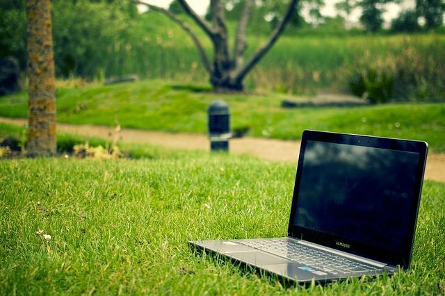 Ноутбук Самсунг на природе
