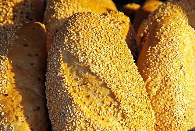Свежий кунжутный хлеб