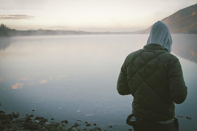 Интроверт на берегу озера
