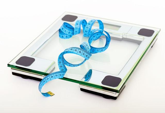 Фотоколлаж напольных весов и сантиметра
