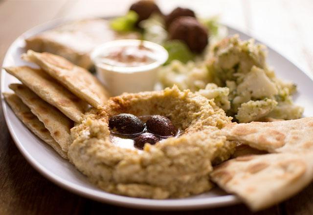 Фото сервированной тарелки с фалафелем