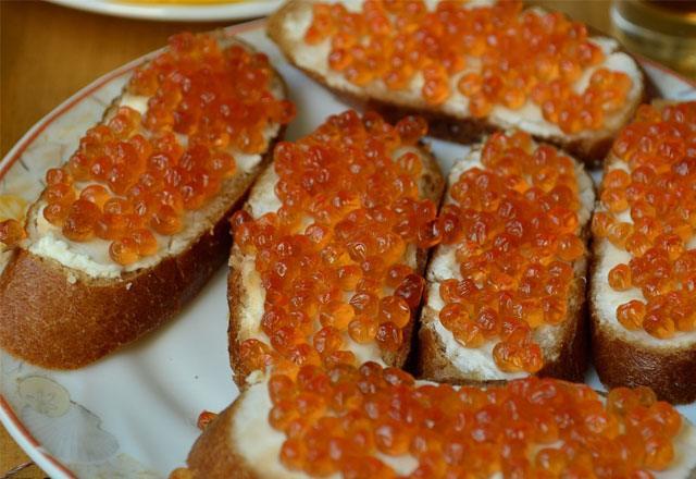 Бутерброд с икрой горбуши и сливочным маслом на белом хлебе