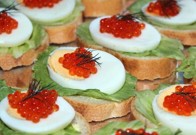 Бутерброд с красной икрой и вареным куриным яйцом