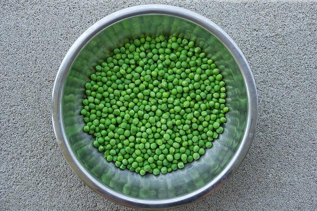 Свежие зерна зеленого горошка