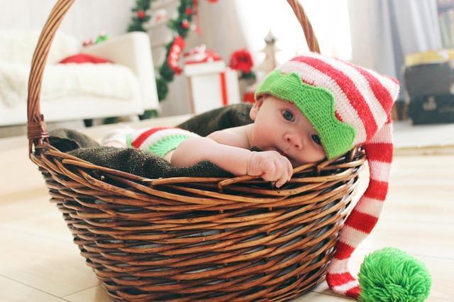 Фото малыша в новогоднем колпаке