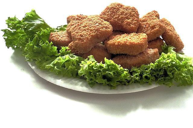 Куриное филе в кляре на тарелке