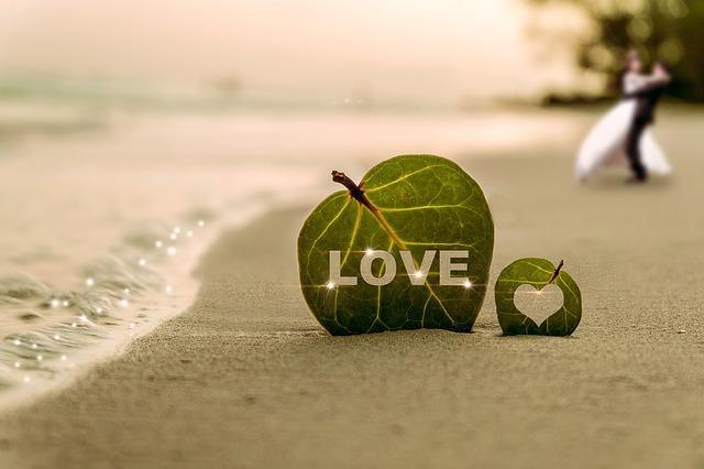 Листик с надписью Любовь на пляже