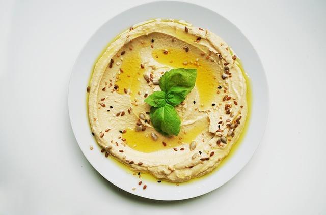 Хумус на тарелке с мятой