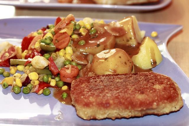 Рыбные котлеты с гарниром из овощей