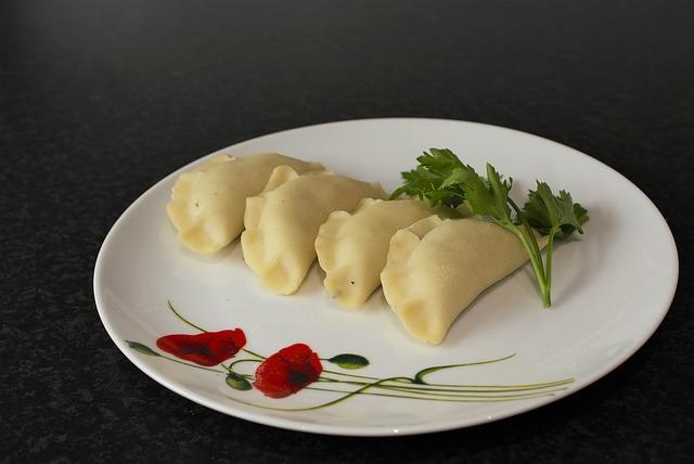 Красиво сервированная порция вареников