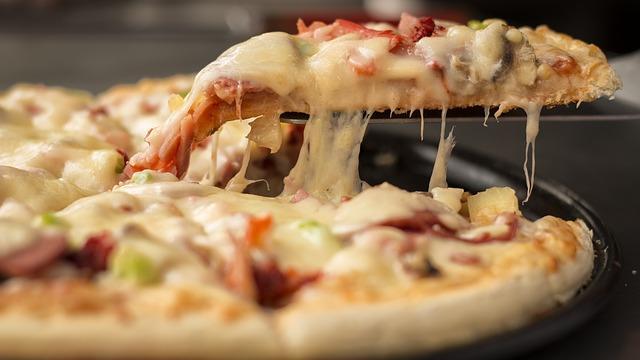 Фото свежей пиццы с сыром