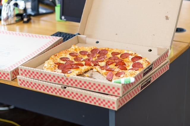 Открытая коробка пиццы пепперони