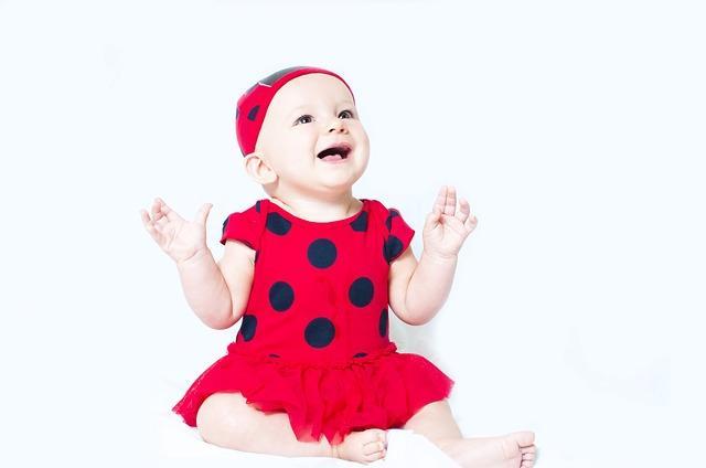 Красивый ребенок в платьице